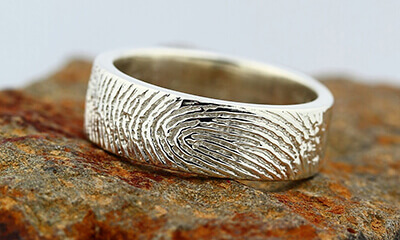 image showing how LONITÉ can put your loved one fingerprint on your keepsake ring so you always have a feel of your beloved